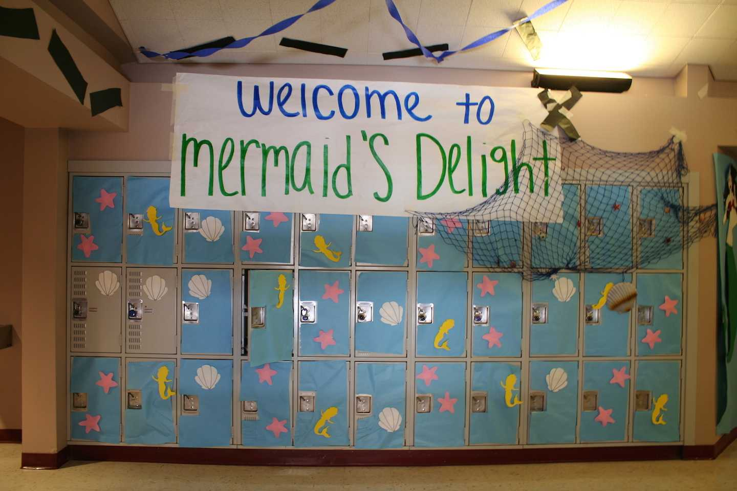 Juniors+with+Peter+Pan+welcome+students+and+teachers+to+Mermaid%27s+Delight.+They+added+details+on+the+lockers+as+well.